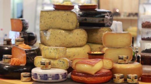 Nederlanders staan bekend als kaaskoppen. Niet zo gek dus dat er veel kaaswedstrijden worden georganiseerd. Wij namen een kijkje bij een kaaswedstrijd.