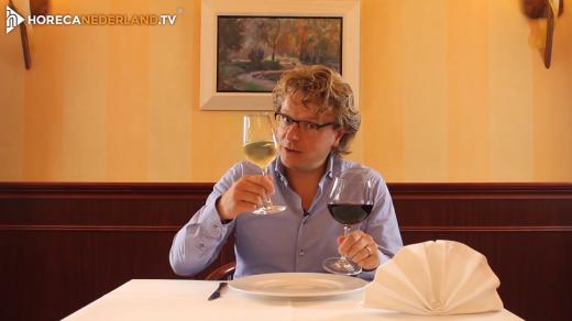 Waarom schenkt men rode wijn in een groot glas en witte wijn in een klein glas? Kom er achter in een nieuwe aflevering van HorecaWeetjes!