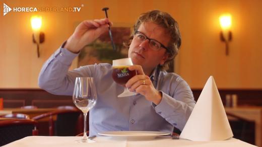 Waarom zit het stampertje andersom in je glas? Je krijgt je drankje geserveerd met een stampertje andersom in je glas. Waarom is dat eigenlijk?